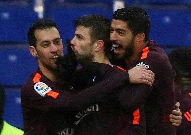 Piqué da un punto al Barça en otro derbi caliente