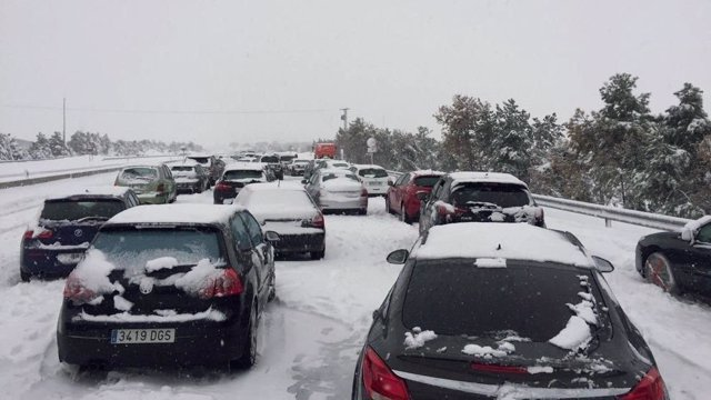Coches atrapados en la AP-6 por el temporal de nieve