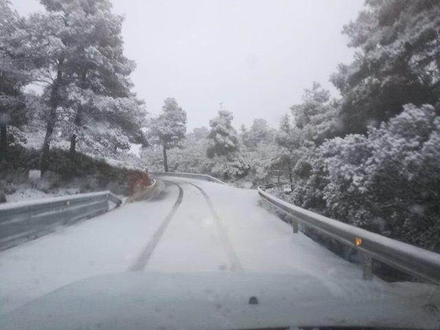 Una de las carreteras con acumulación de nieve