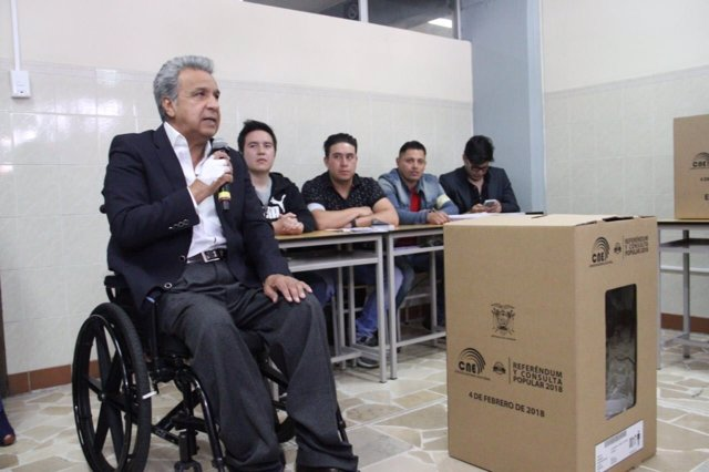 El presidente de Ecuador, Lenín Moreno, junto a una urna