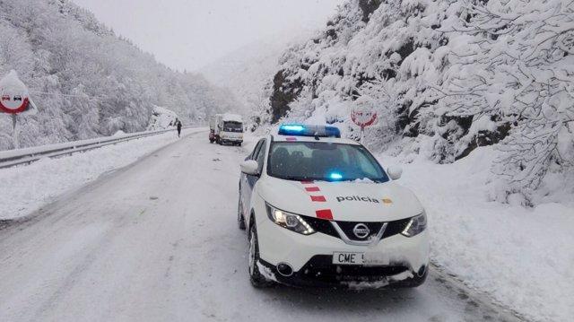 Cotxe dels Mossos d'Esquadra en una carretera nevada