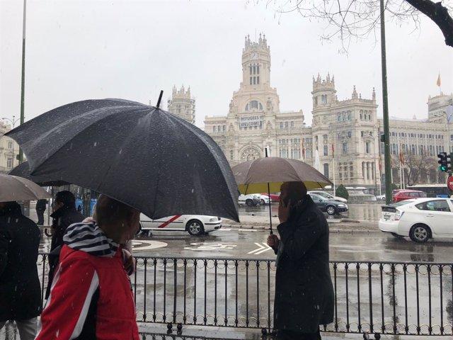 Nieve, nieva con la imagen del Ayuntamiento de Madrid al fondo