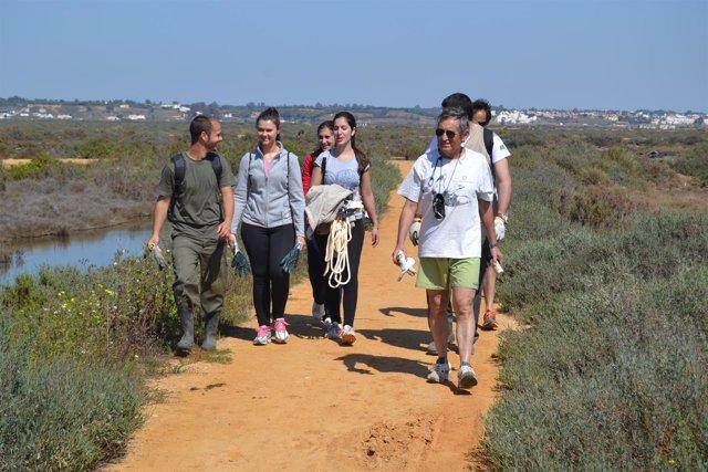 Voluntarios ambientales en Salinas del Duque.