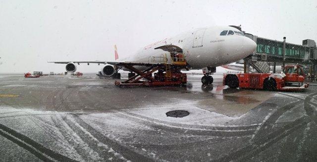 La nieve causa retrasos en Barajas y el cierre de dos pistas