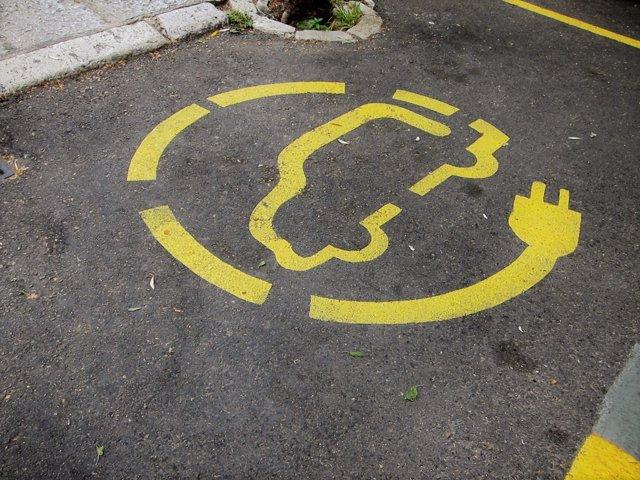 Estacionamiento con recarga para coche eléctrico