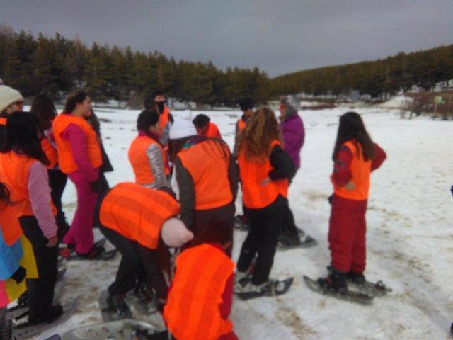 Un centenar de jóvenes de Cantoria disfrutan de la nieve en Puerto de la Ragua.