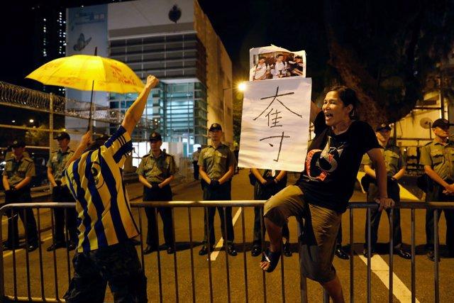 Foto de archivo de un manifestante sosteniendo un paraguas amarillo