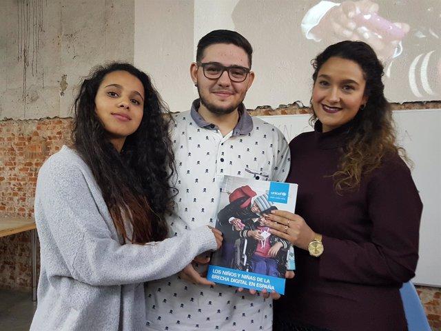 Una joven marroquí, un joven trans y una joven gitana con el informe de UNICEF