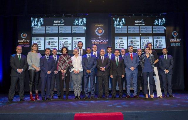 Jorge Garbajosa con los representantes insitucionales y exjugadoras