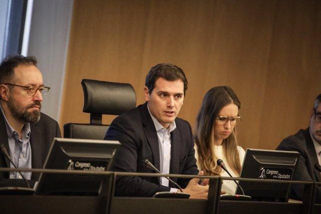 El presidente de Ciudadanos, Albert Rivera, con su grupo parlamentario
