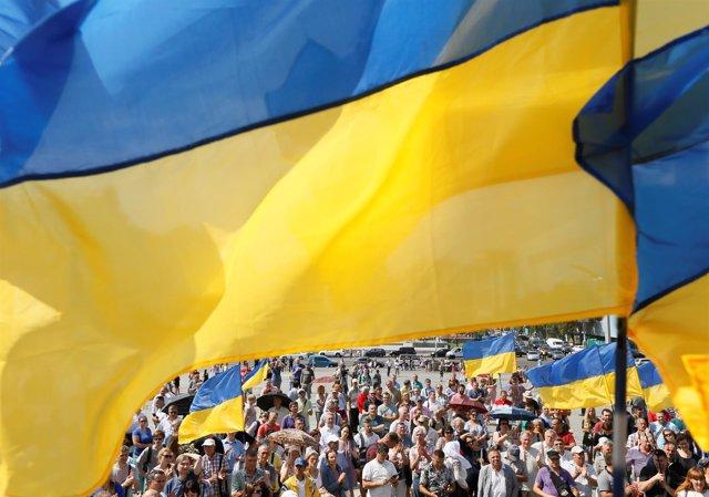 Bandera de Ucrania en una manifestación