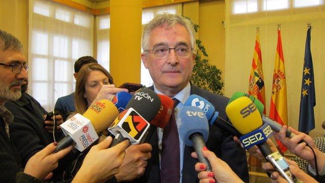 Olona atendiendo a los medios hoy tras las dos reuniones sobre el ICA