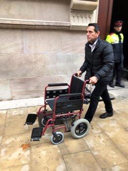 La silla de ruedas de Félix Millet vacía tras su ingreso a prisión