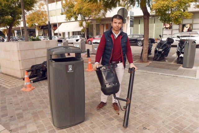 Diego lopez concejal de limpieza de Marbella con papelera de gran capacidad