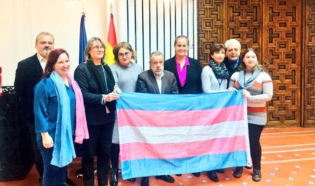 Colectivos transexuales se reúnen con el Defensor del Pueblo