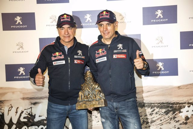 Carlos Sainz y Lucas Cruz celebran su victoria en el Rally Dakar