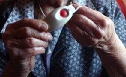 Sanidad promete 16 millones de euros a un servicio de teleasistencia avanzado para personas con dependencia