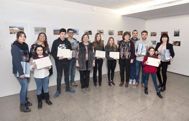 La consejera Elizalde, con alumnos premiados, y profesorado de sus centros