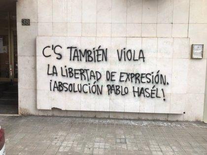 Cs lamenta un ataque a su sede de Lleida con una pintada que pide la absolución de Hasel
