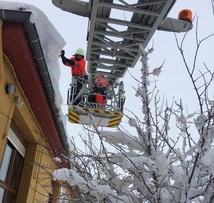Los Bomberos retiran viseras de nieve en Reinosa y Campoo de Suso