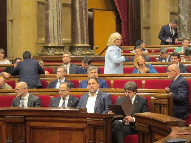C.Puigdemont, O.Junqueras y diputados del PDeCAT en el pleno del Parlament