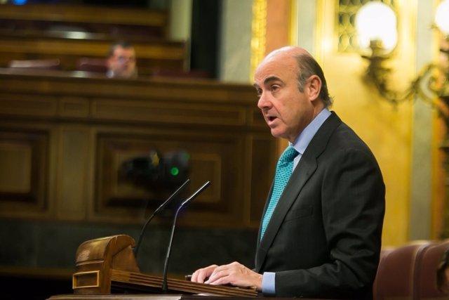 El ministro de Economía, Luis de Guindos, en el Pleno del Congreso