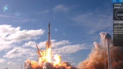 Space X lanza con éxito el Falcon Heavy aunque no recupera una de las tres primeras etapas