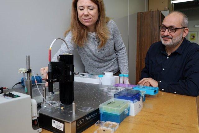 Los investigadores Lluís Marsal y Elisabet Xifré, URV