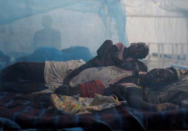 Una mujer y su hijo en una unidad pediátrica de un hospital de MSF en Bentiu