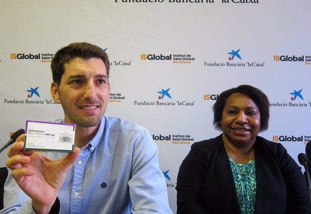 Investigador Oriol Mitjà (ISGlobal) Dtora.Salud Lucy John (Papúa Nueva Guinea)
