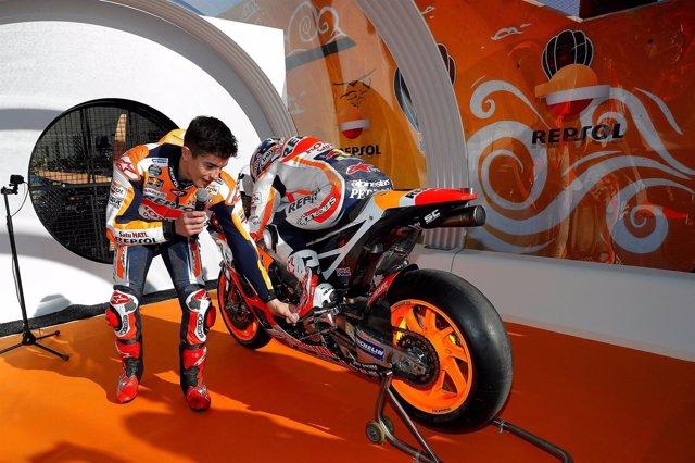 Márquez explicando la aerodinámica junto a Pedrosa