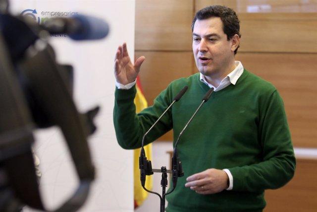 El presidente del PP-A, Juanma Moreno, atiende a los medios