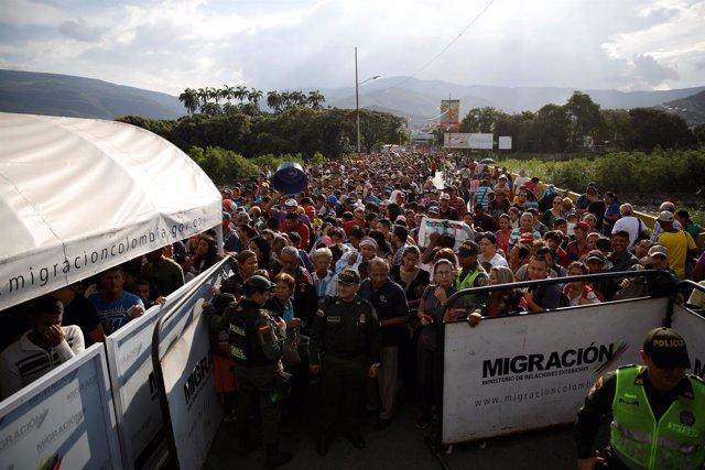 Personas intentado cruzar desde Venezuela a Colombia