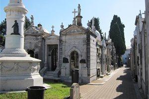 Diego, el limpiador del cementerio de La Recoleta que lleva 35 años desempolvando la historia argentina