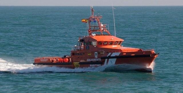 La embarcación Concepción Arenal que ha rescatado a las tres personas