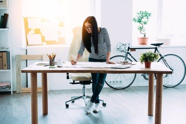 Estar de pie, trabajar, mujer, oficina