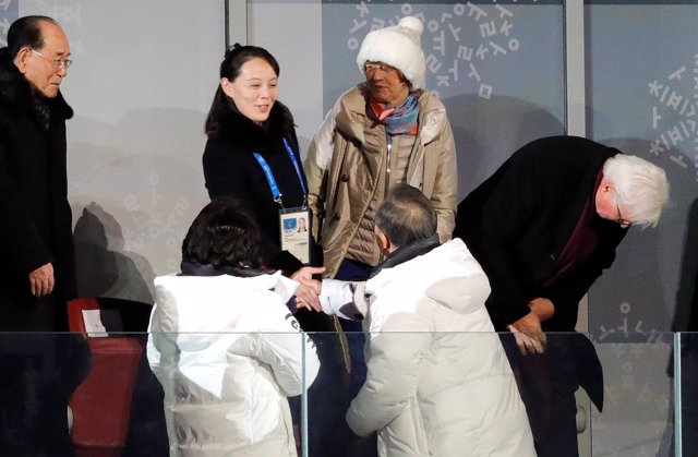 Moon Jae In estrecha la mano de Kim Yo Jung