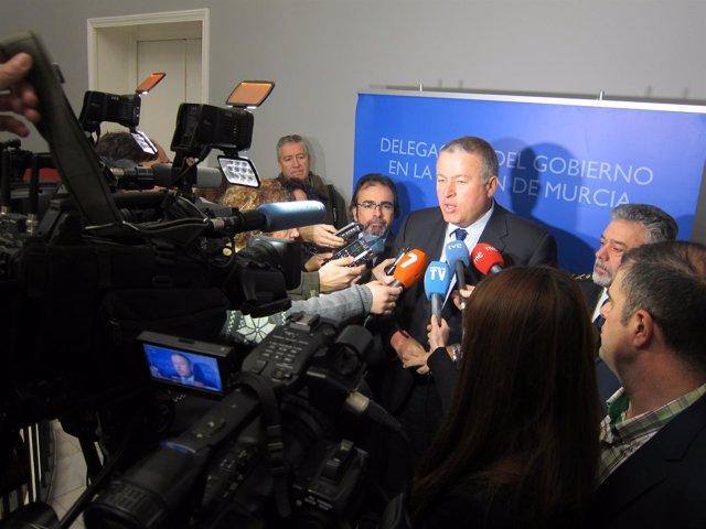 El delegado Bernabé atendiendo a los medios junto Durán y Rivera