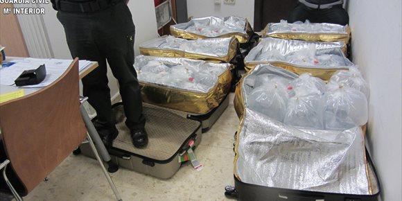 7. Denunciados dos pasajeros chinos que querían facturar seis maletas llenas de angulas en el aeropuerto de Manises