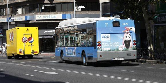 10. Ocho heridos leves tras la colisión de un bus de la EMT con un turismo en la plaza de Cuzco