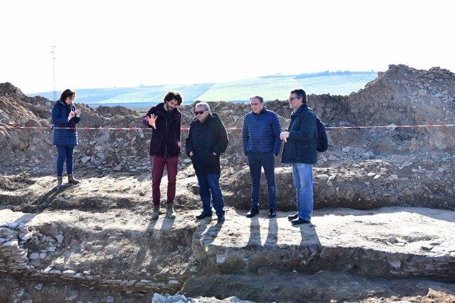 Alcalde (centro) en su visita al yacimiento de El Mohíno