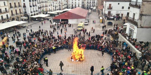 3. La quema del 'pelele' en Cáceres da paso a tres días de Carnaval con el Duende Josele como pregonero