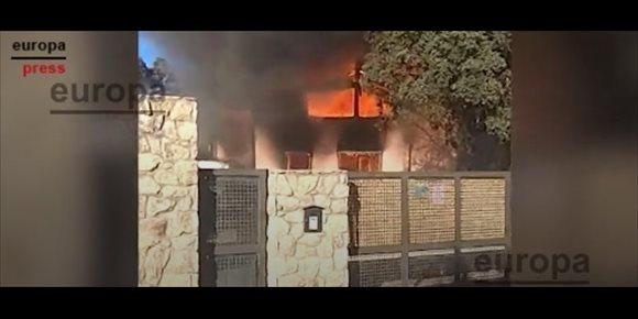 3. Extinguido el incendio en un chalet de Calalberche que afectó a otro inmueble tras derrumbarse