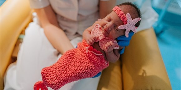 10. Una trabajadora de Son Llàtzer elabora con ganchillo disfraces para los neonatos ingresados