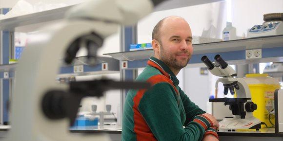 9. Un profesor de Cambridge explica a alumnos de Farmacia de la USJ cómo utilizar la bioinformática