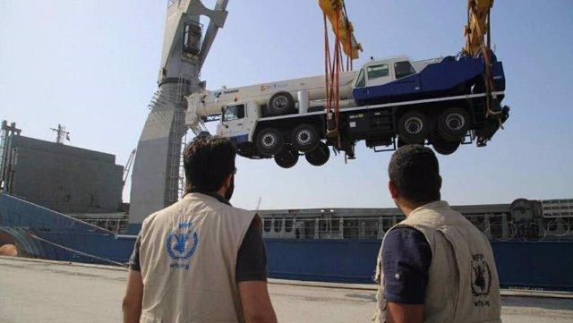 Grúas móviles en el puerto de Hodeidah