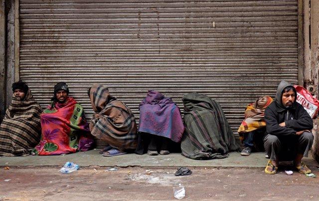 Vagabundos ateridos de frío en Nueva Delhi