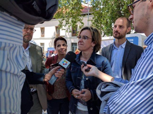 Purificación Causapié atiende a los medios de comunicación