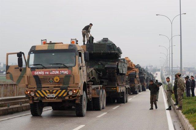 Carros de combate turcos de camino a la frontera siria