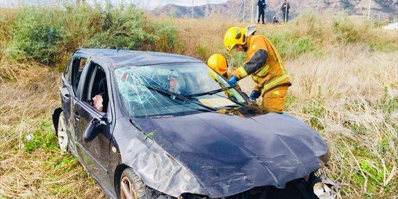 3. Rescatan a un conductor herido tras caer a un barranco de Orihuela dando vueltas de campana